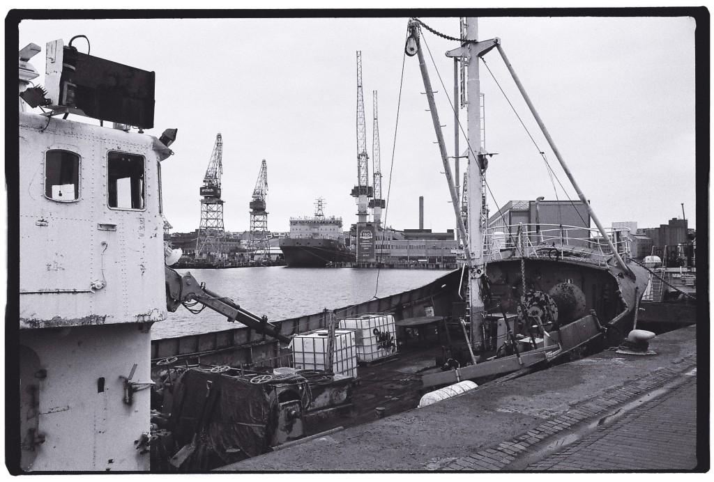 Sur le port à Helsinki et des grues de levage dans les lointains
