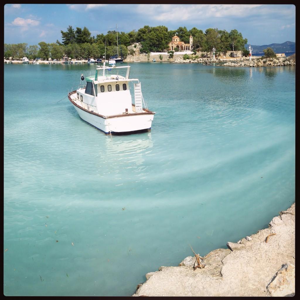Une eau incroyablement bleu turquoise dans le port grec de Méthana