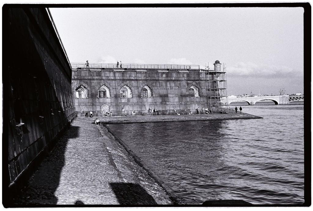 Depuis Henri Cartier Bresson rien n'a changé les Peterbourgeois continuent de prendre des bains de soleil le long de la Neva