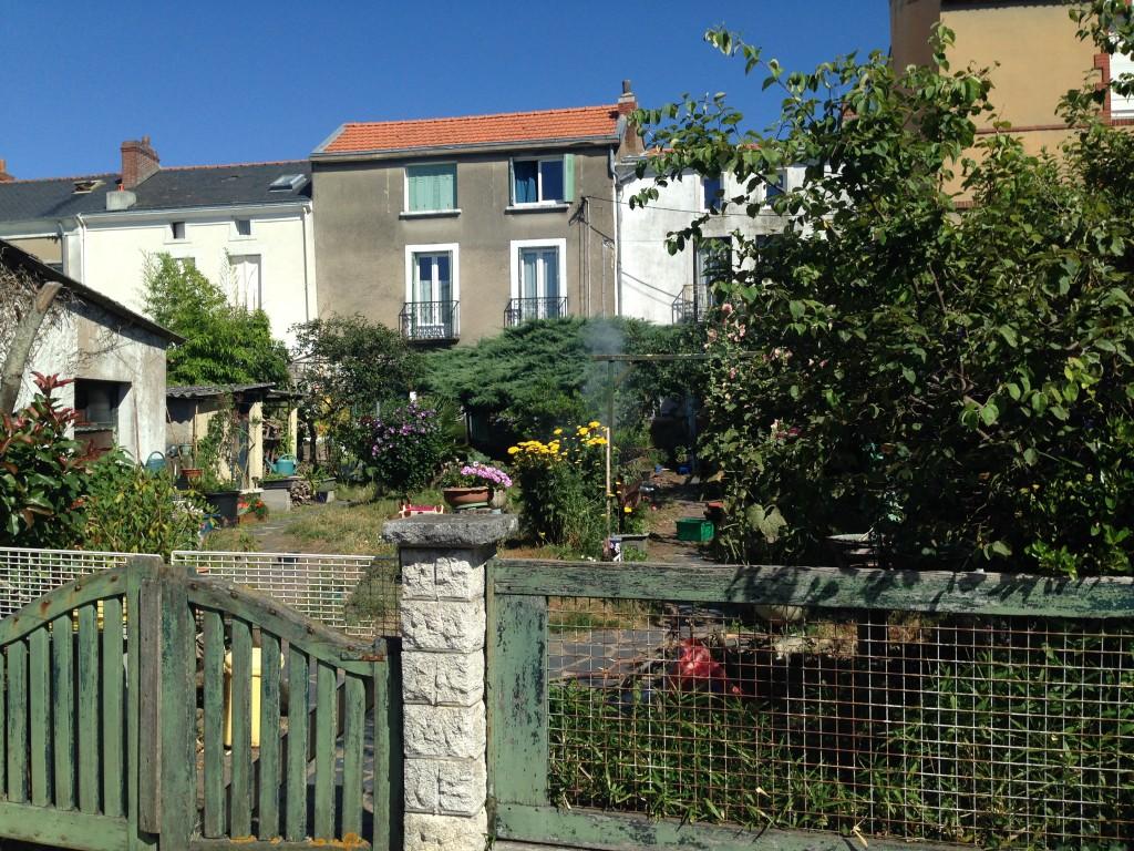 Le village de Trentemoult sous un grand ciel bleu