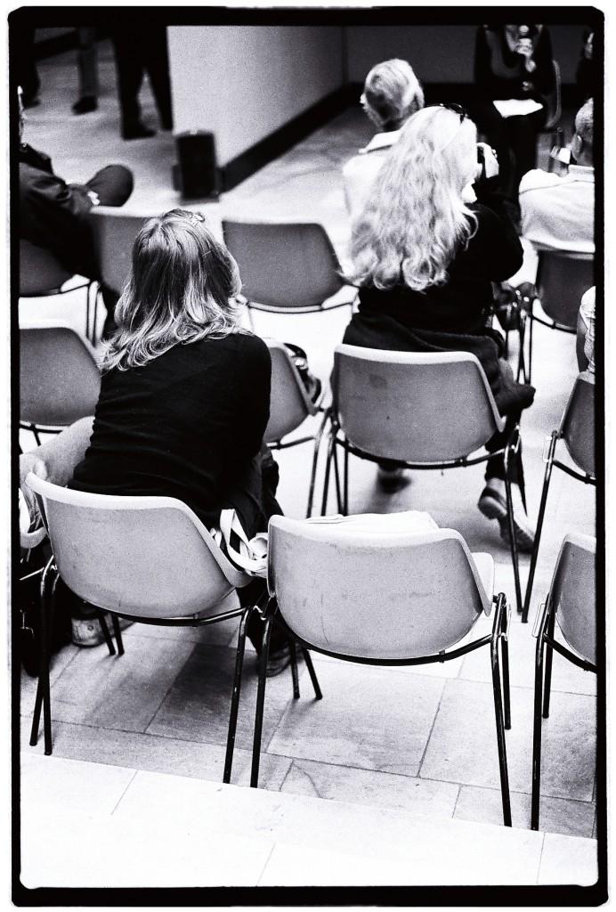 Une conférence et deux auditrices très attentives