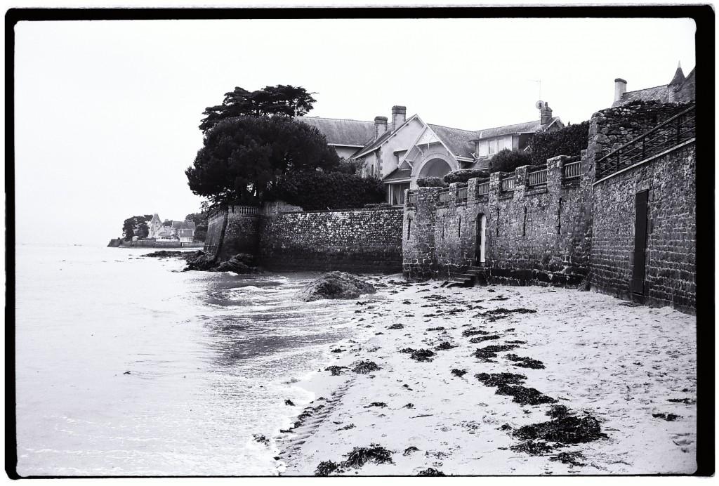 Une muraille en pierre protège les résidences secondaires de la marée haute