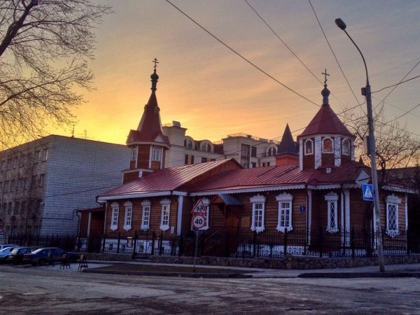 Une église au coucher du soleil