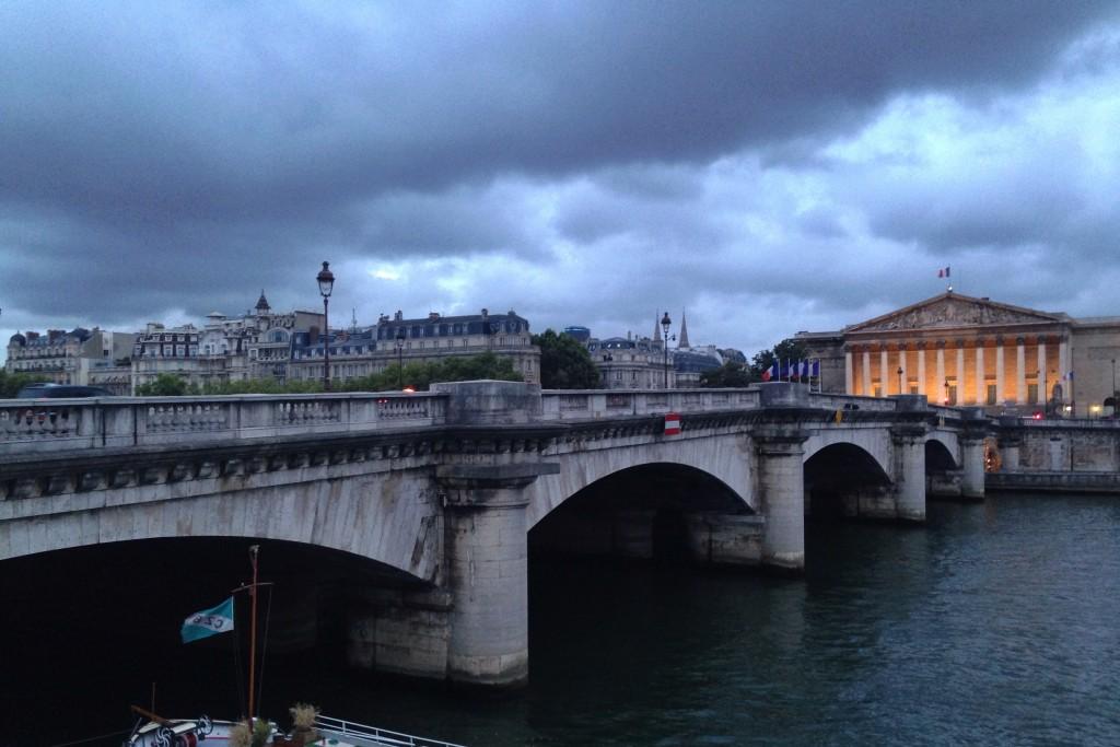 Le Palais Bourbon sous les nuages de Paris