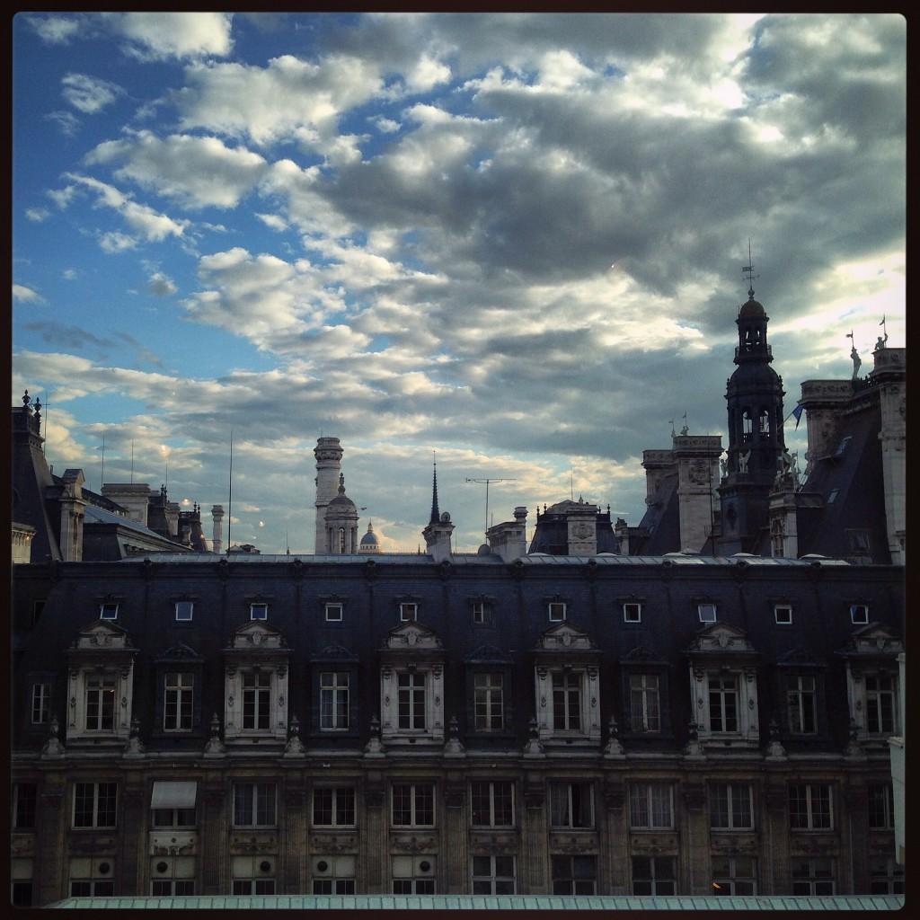 La mairie de Paris sous les nuages