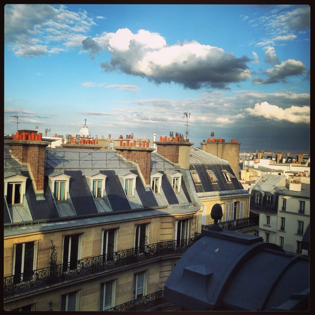 Quelques nuages flottent au-dessus de Paris