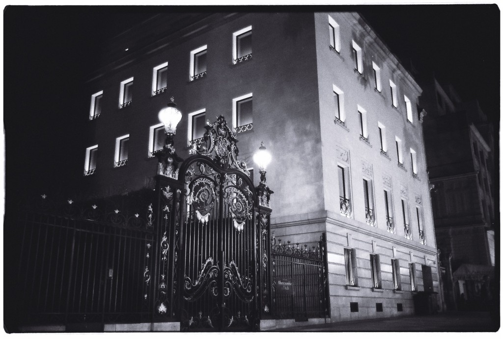 Austère et intrigant bâtiment des Champs Elysées
