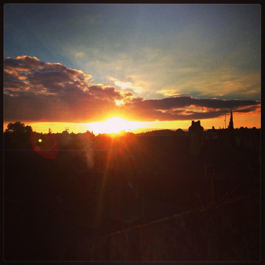 Dans les lointains, un superbe coucher de soleil