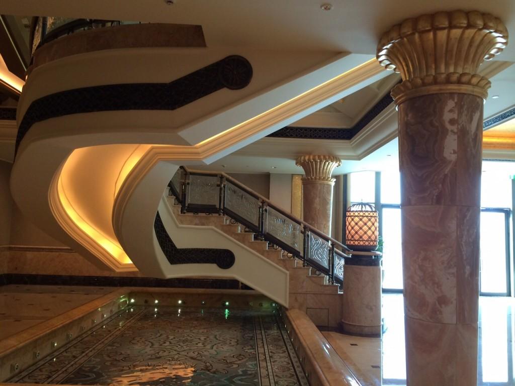 Escaliers, colonnes et petit bassin en mosaïque
