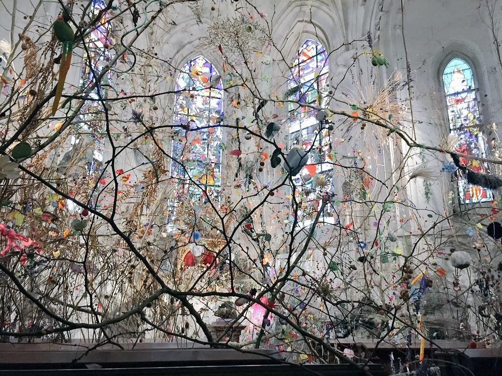 Légèreté d'une installation artistique dans chapelle du château