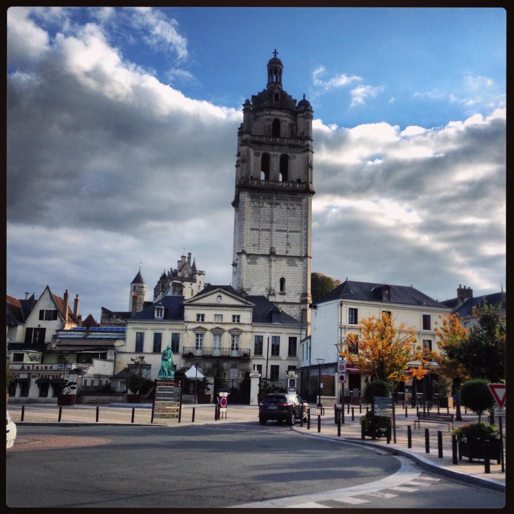 La Tour Saint-Antoine et la ville haute dans les lointains