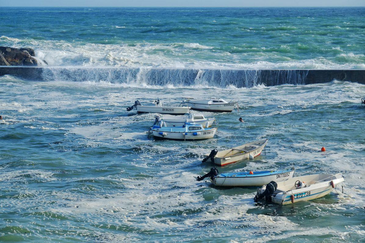 Petits bateaux face à l'océan déchaîné