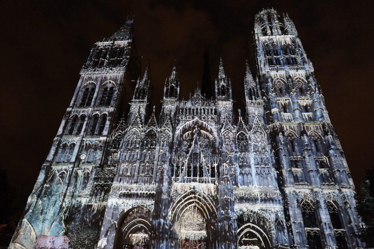 La façade de la cathédrale de Rouen durant un spectacle de jeux et de lumières
