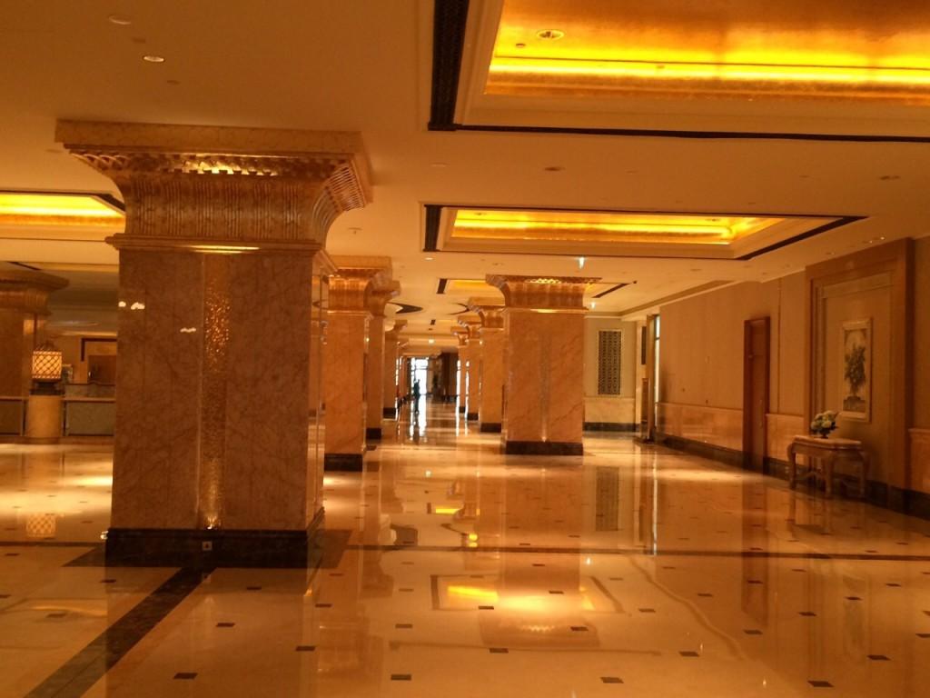Les immenses couloirs et les dorures de l'Emirates Palace