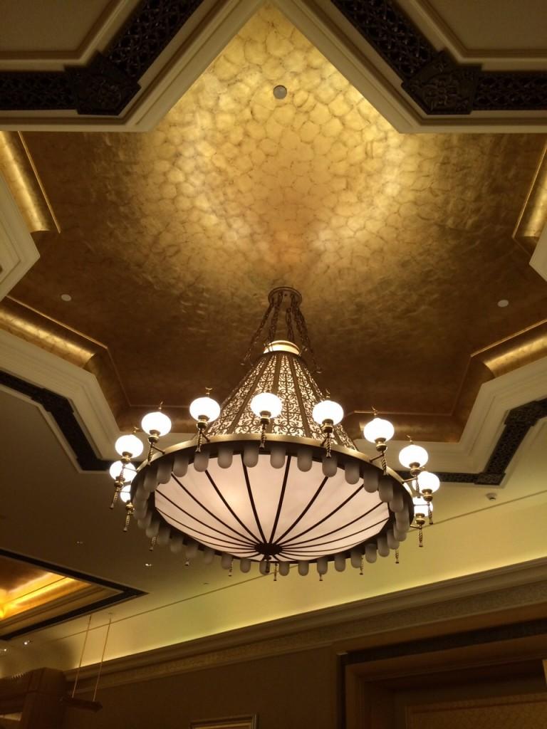Un plafond et un lustre en or pur