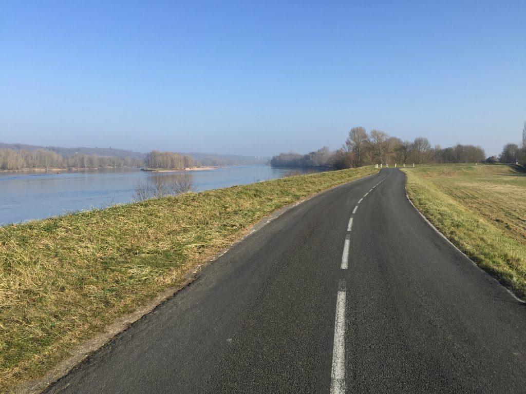 Une petite route suivant la Loire