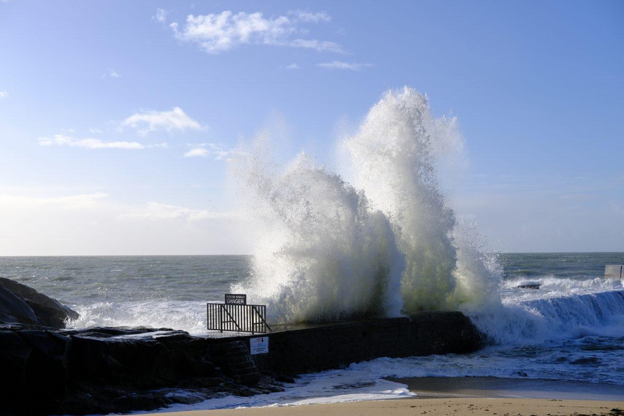 Une vague un jour où l'océan se déchaîne
