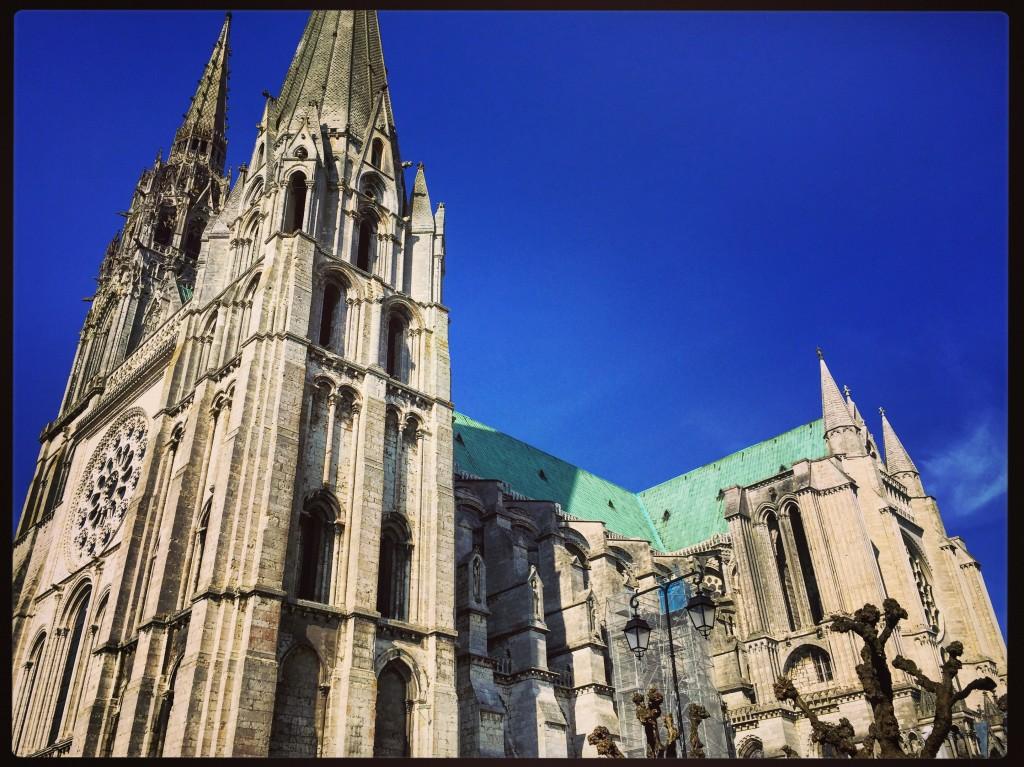 La cathédrale de Chartres est célèbre pour son toit en cuivre et ses vitraux