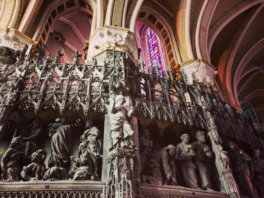 Les magnifiques sculptures et vitraux de la cathédrale de Chartres
