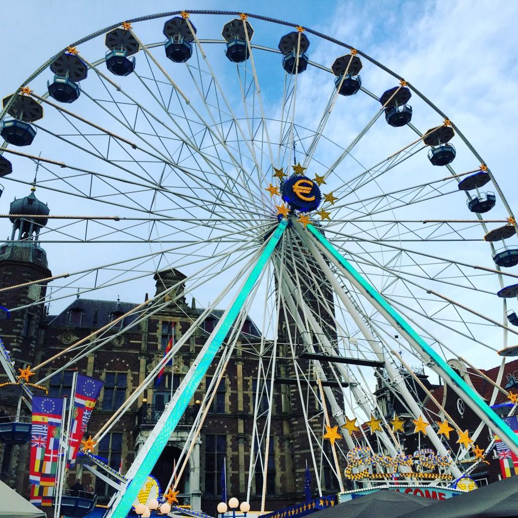 La grande roue de la fête foraine occupe toute la place de la mairie