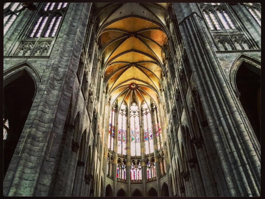 Les voûtes gothiques et les vitraux de la cathédrale de Beauvais