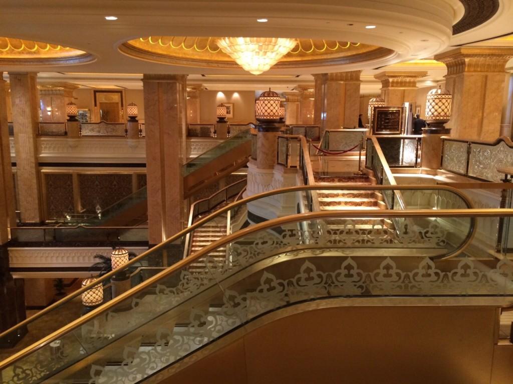 un escalator recouvert d'or