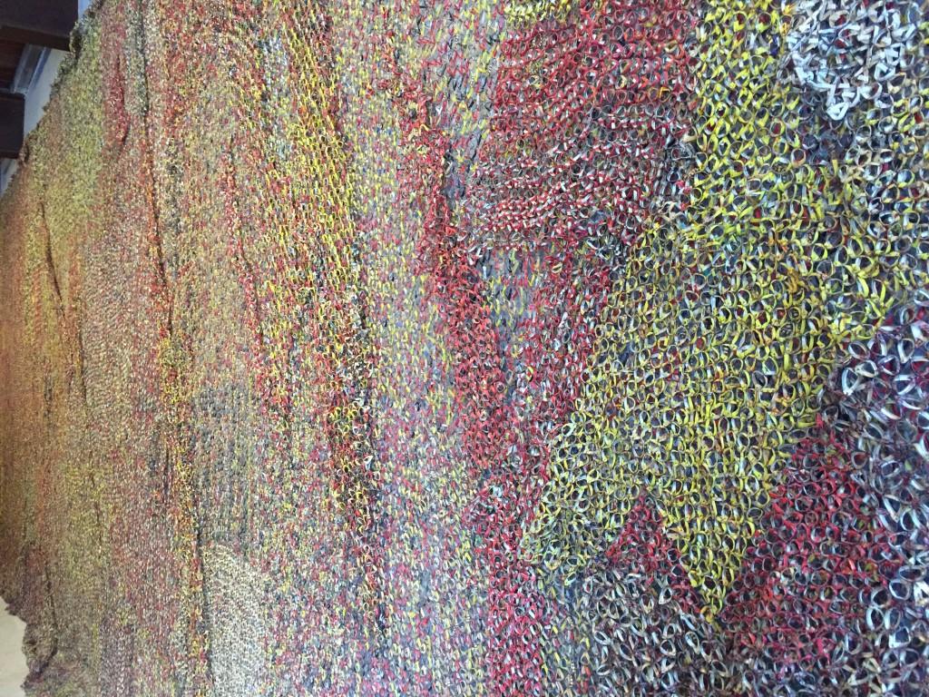 une oeuvre contemporaine colorée dans les étables du château de Chaumont