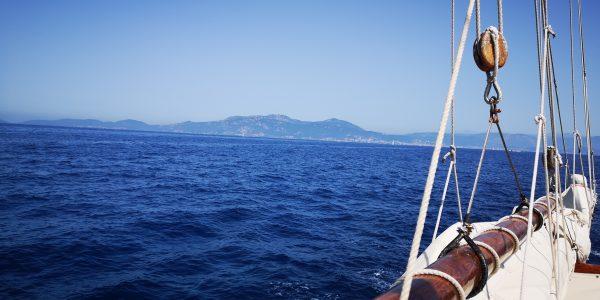 En voilier en Corse au large d'Ajaccio