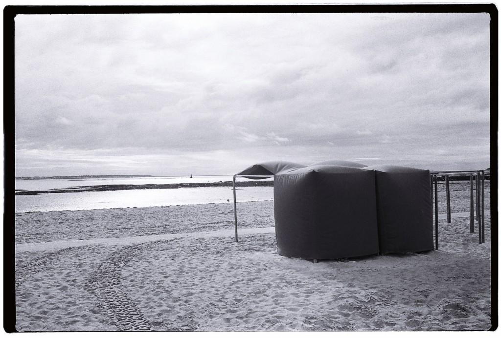 Tentes de plage sous le vent