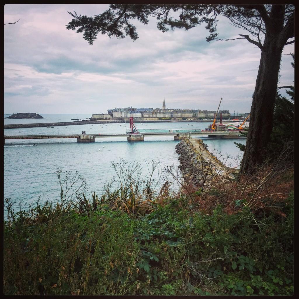 La ville fortifiée de Saint-Malo dans les lointains