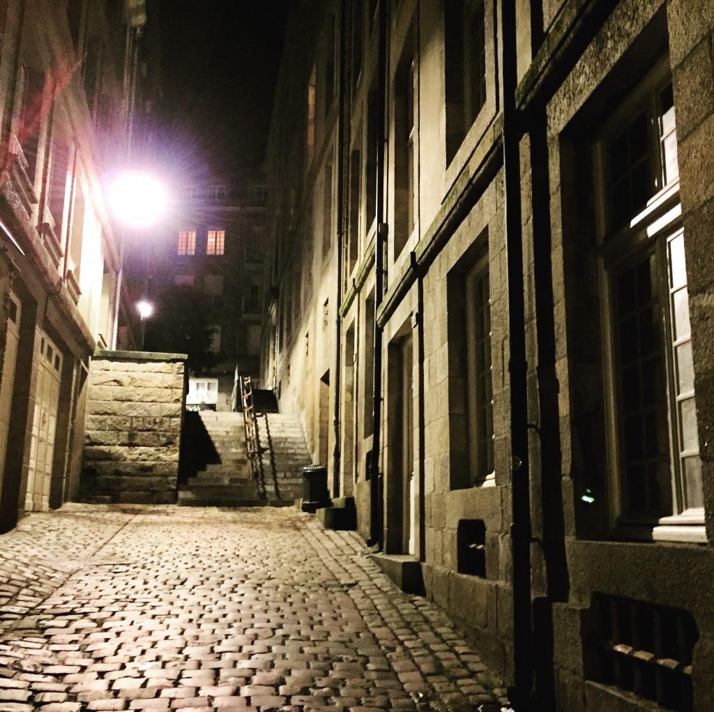 Les ruelles de Saint-Malo, seul le vent sillonne les lieux