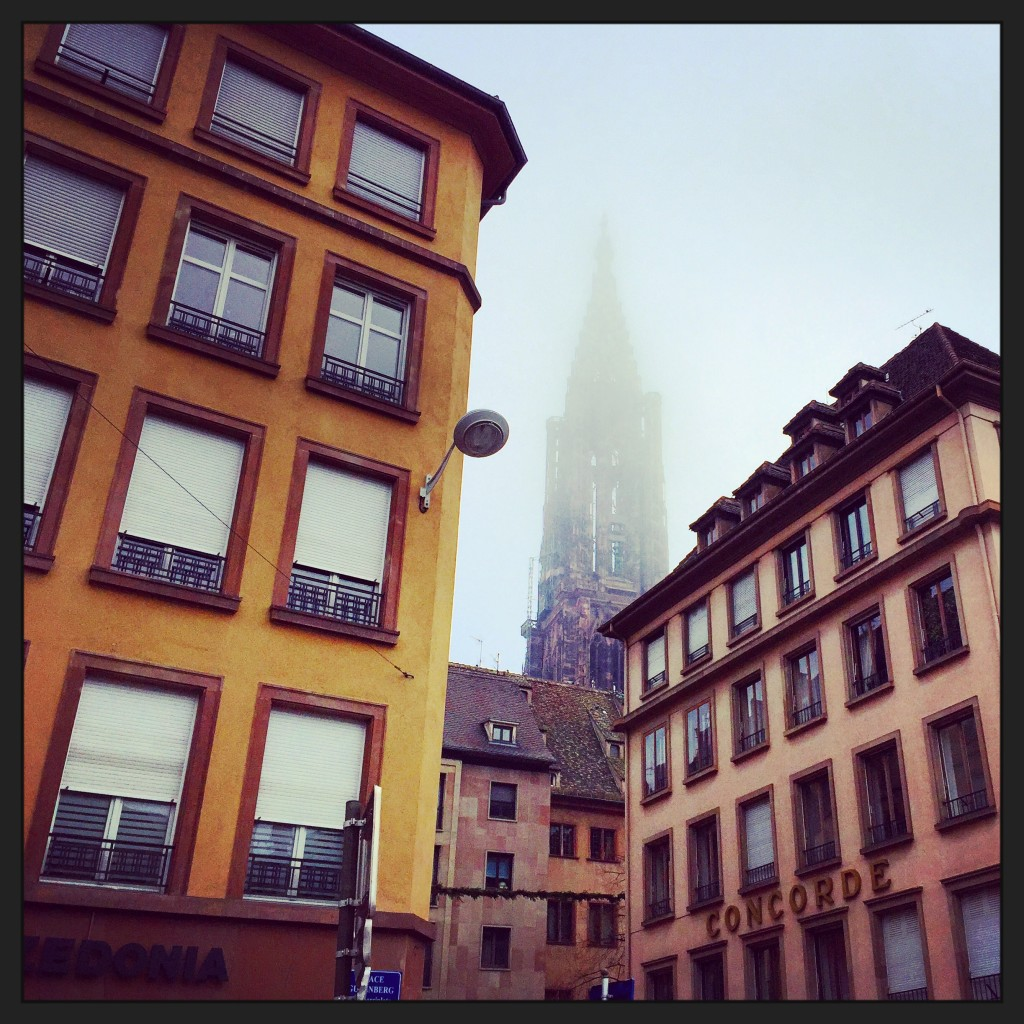 La cathédrale dans la brume vue depuis la place Gutenberg