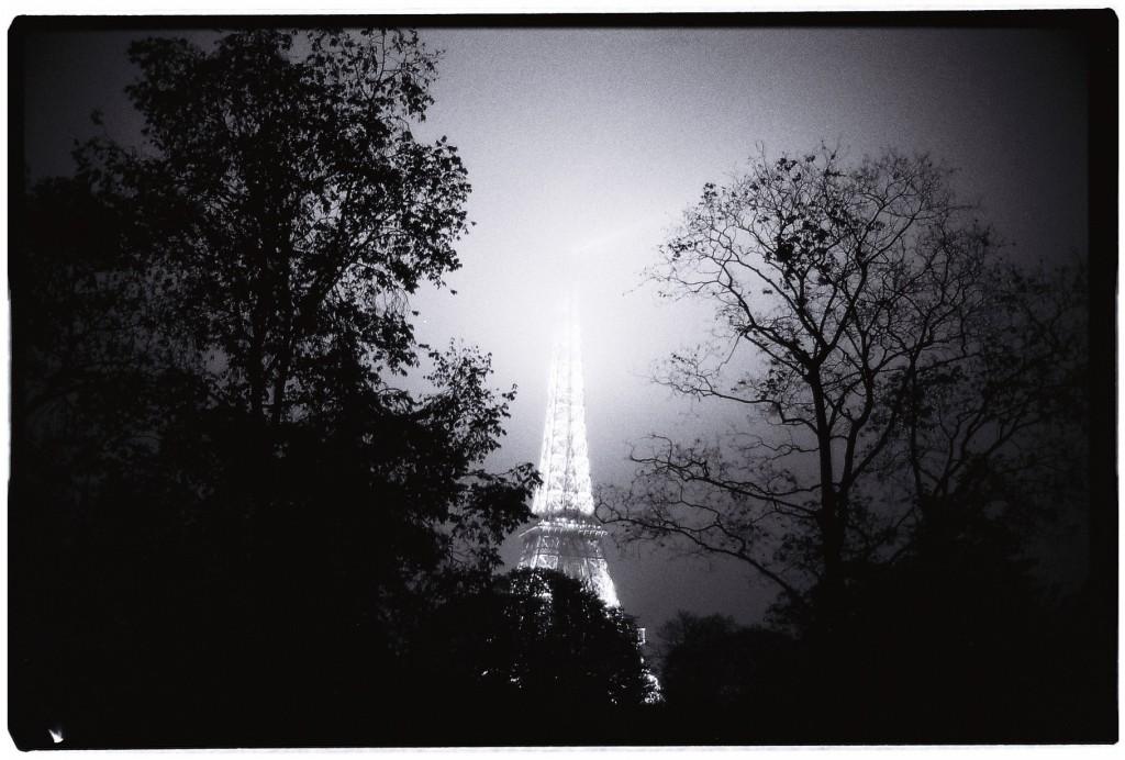 La tour Eiffel disparaît dans la brume et dans la nuit