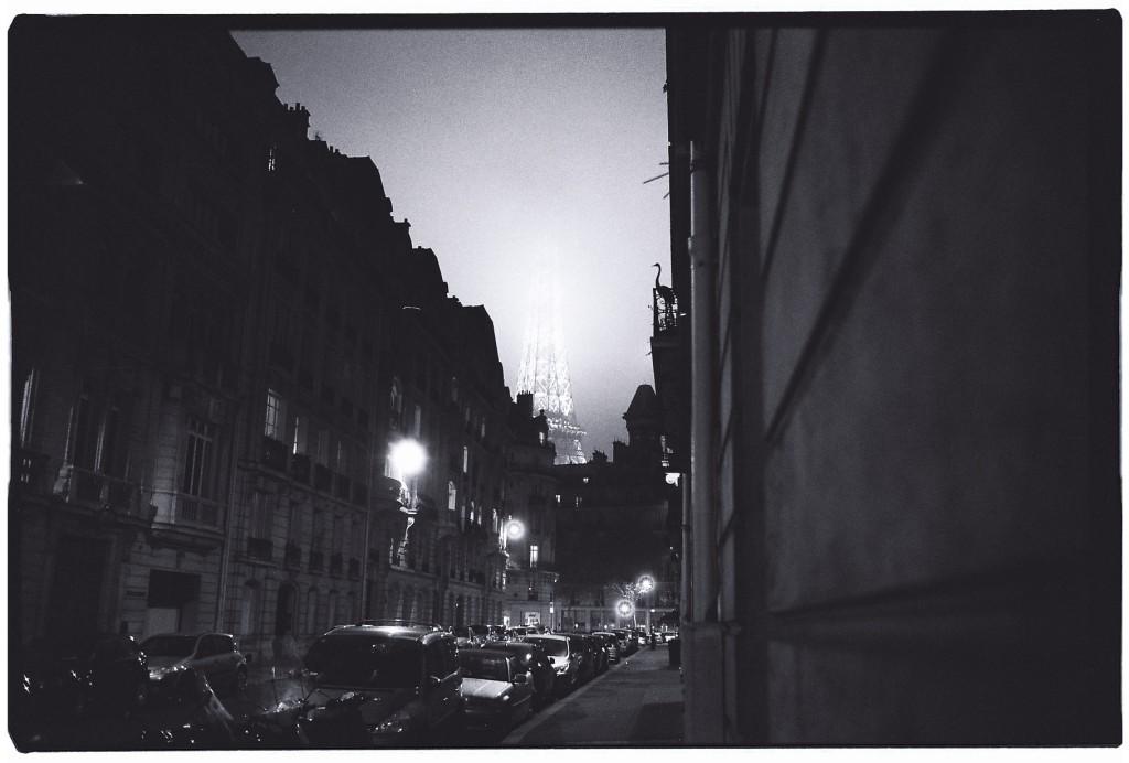 Une rue déserte à Paris pendant la nuit et dans la brume