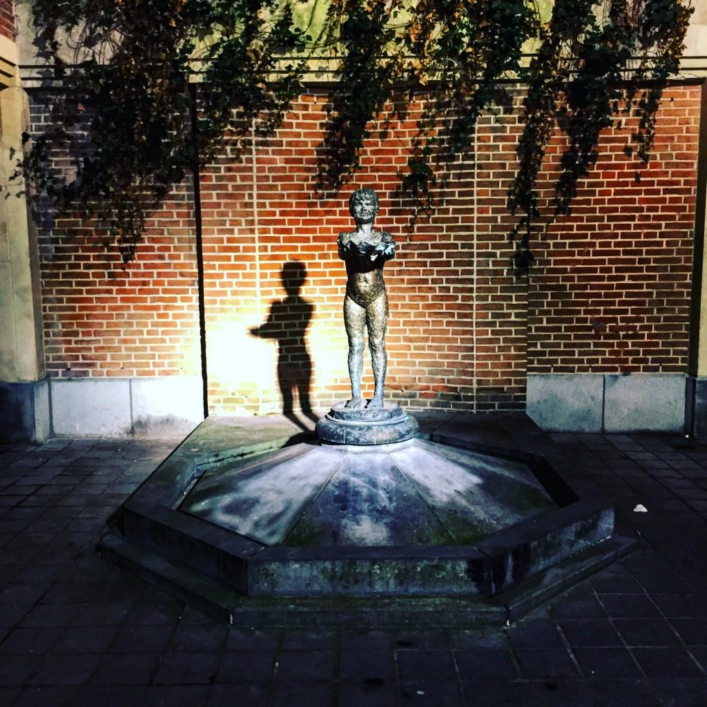 Petite statuette dans une cour intérieure à Bruxelles