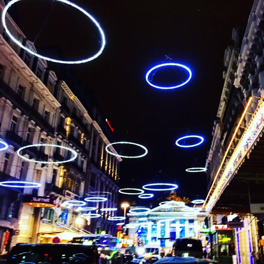 Une rue de Bruxelles la nuit en décembre