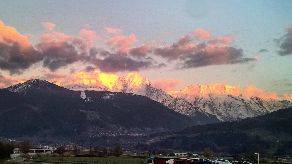 Le Mont Blanc vu depuis l'autoroute reliant la ville de Chamonix