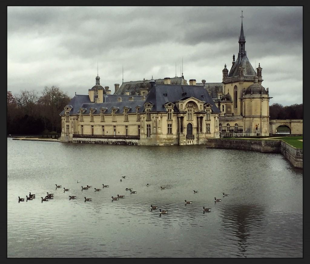 Le magnifique château de Chantilly semble flotter sur l'eau