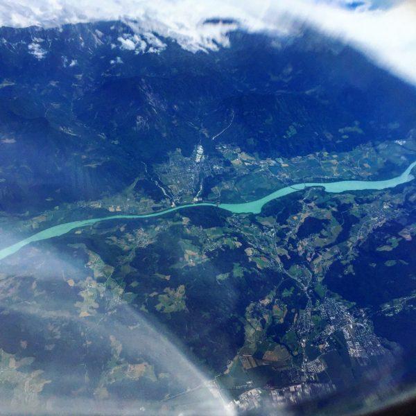 Vue sur une rivière turquoise dans les Balkans
