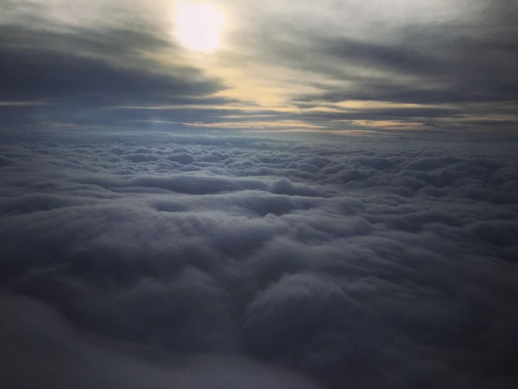 En avion et au dessus du plafond de nuages en Argentine