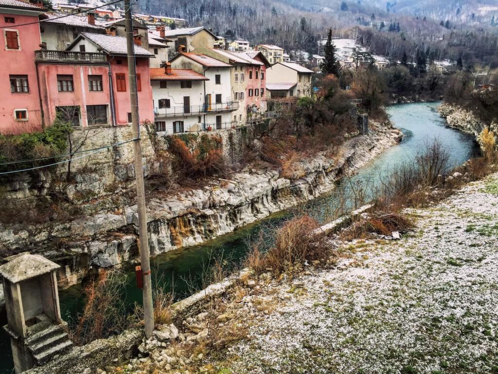 La rivière de la ville de Kanal qui passe 28 mètres en-dessous de la ville