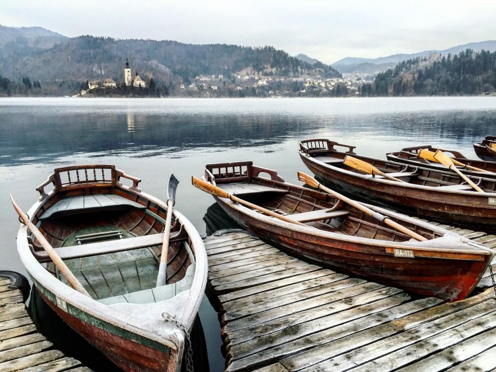 Des barques gelées attendent patiamment d'être sorties de l'eau pour l'hiver, lac de Bled