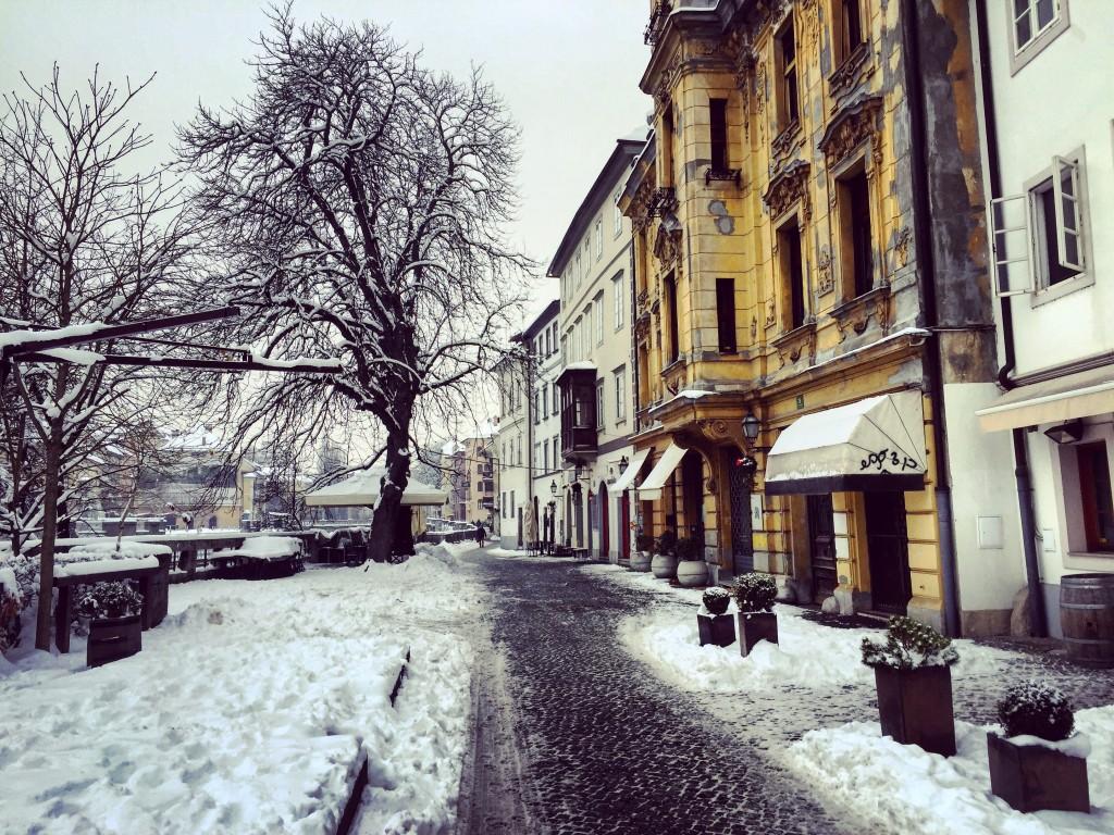 Une ruelle enneigée à Ljubljana