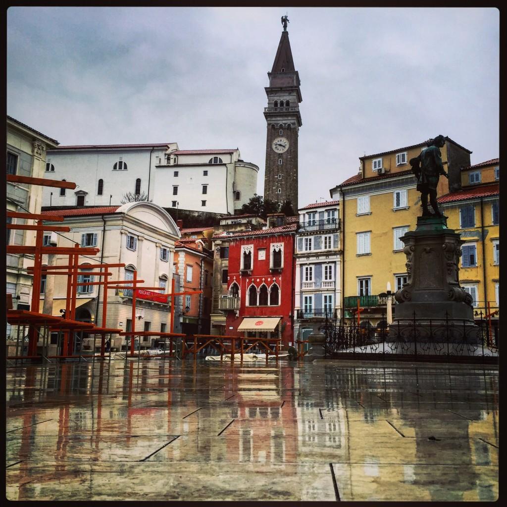 La place principale de la ville de Piran sous la pluie
