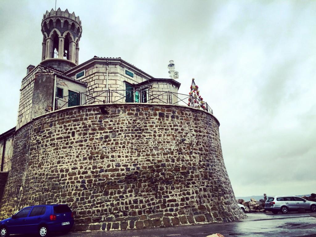 Une tour Génoise protégeait la ville des assaillants passant par la mer