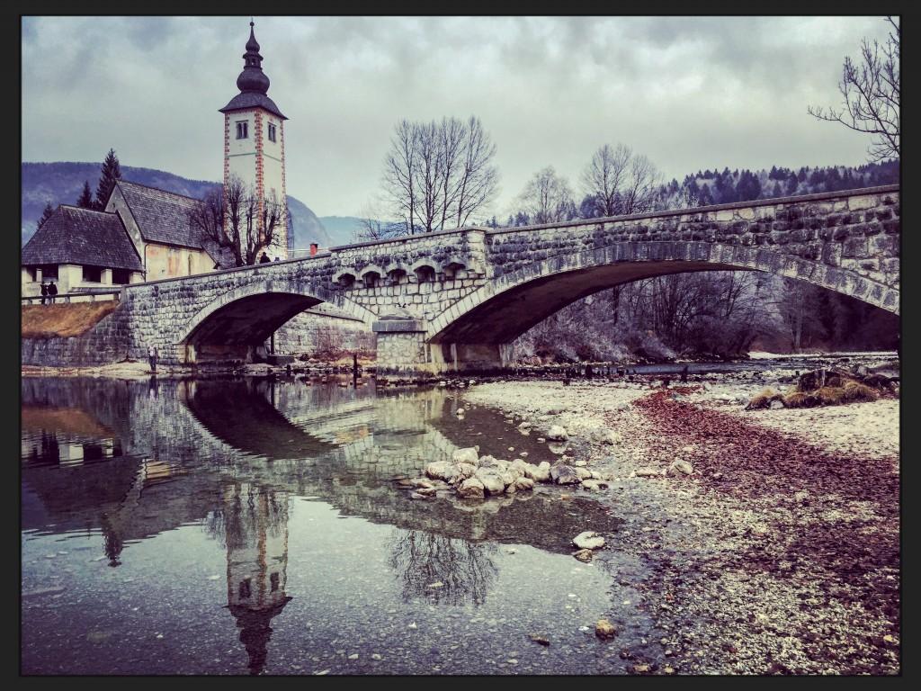 L'église et le pont de la ville de Bohinj