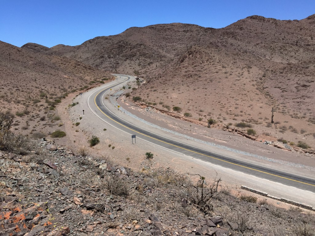 La RN 33, une route désertique qui termine brutalement sa route dans une vallée verdoyante et humide