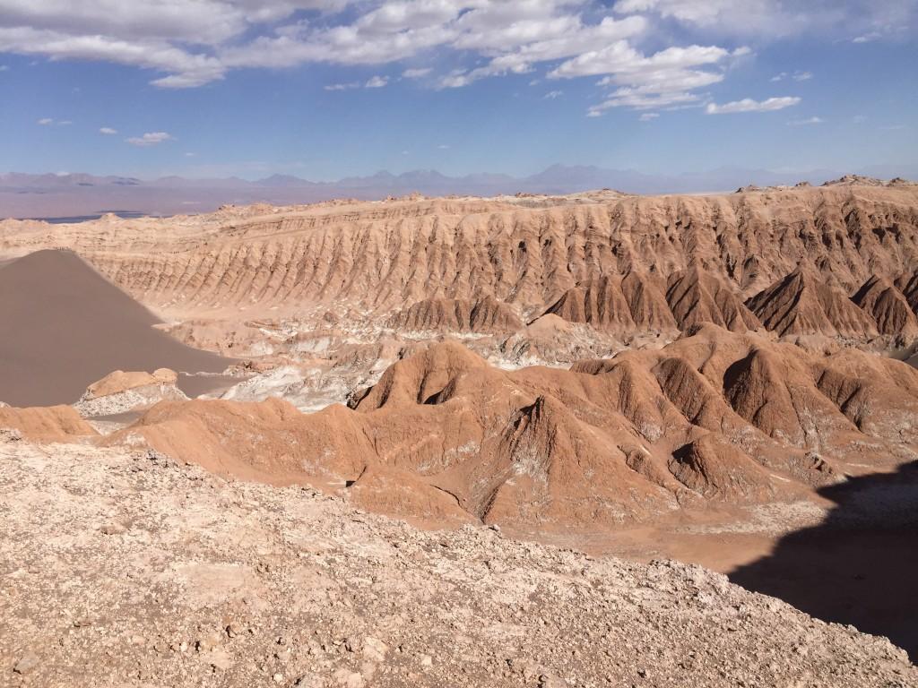 La vallée de la lune, entre désert de sable, falaises rougeâtres et étendues désertiques