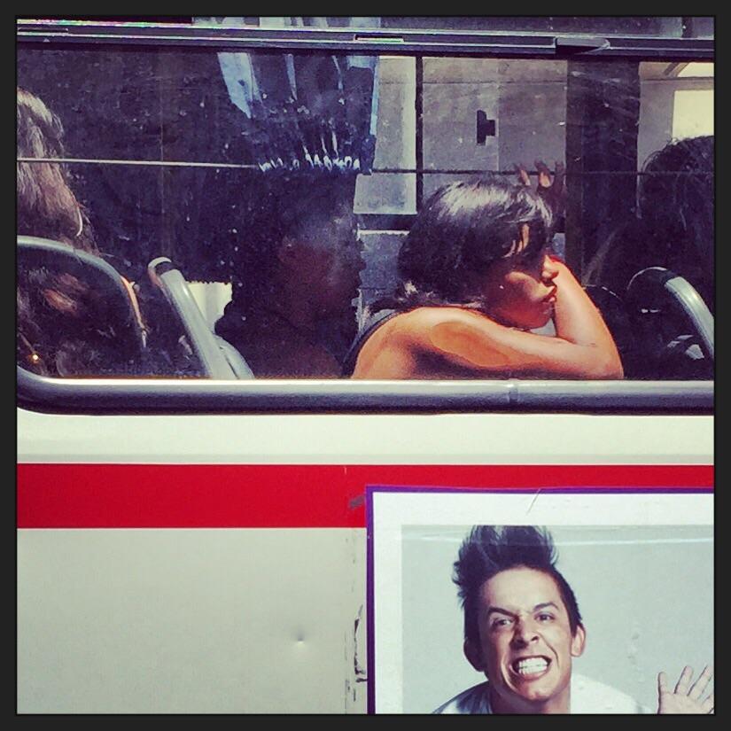 Une jeune uruguayenne lassive et écrasée par la chaleur dans un bus de la capitale
