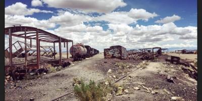 Le cimetière des trains, quelques wagons dessosés attendent les effets de la corrosion et de la rouille pour disparaître et pour retourner à la terre